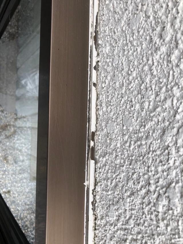 窓周りシーリングがボロボロ
