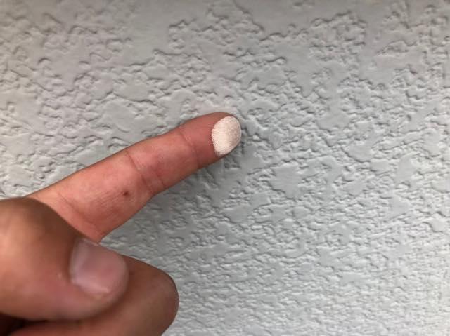 手に白い粉