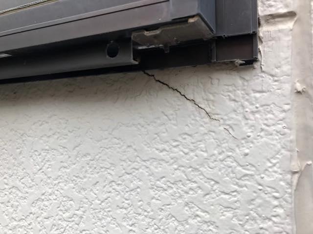窓周りからひび割れ