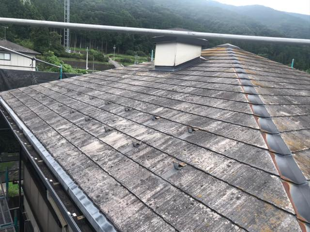 色褪せや塗膜剥がれしているスレート屋根