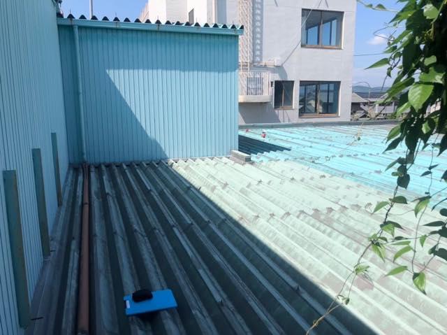 水色の折半屋根の色あせ