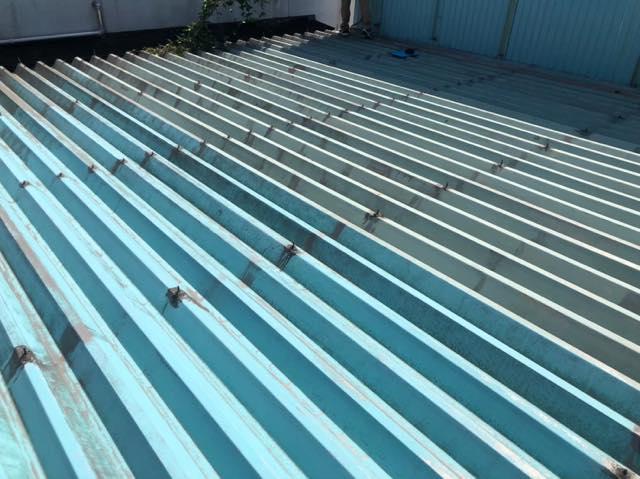 これは折半屋根です
