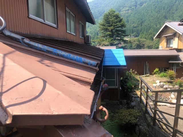 塗装が色褪せた金属屋根