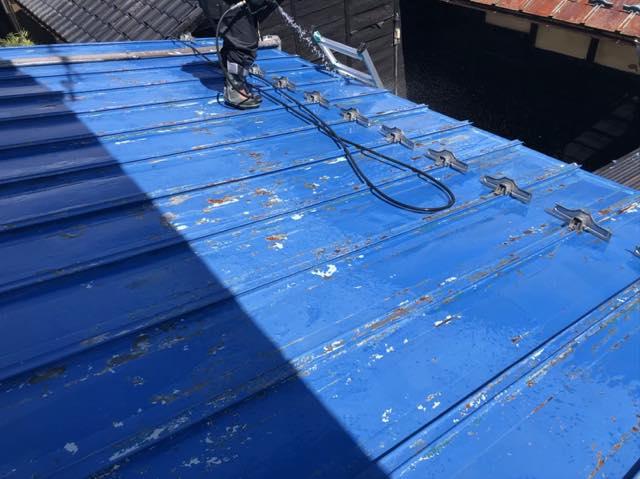屋根塗装前に綺麗に汚れを落とす