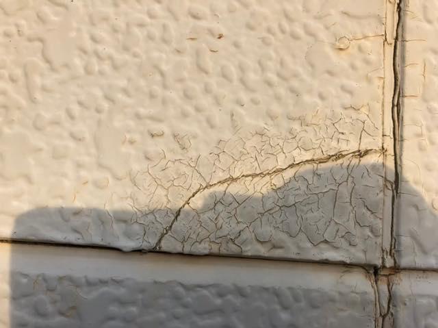 外壁にピキピキと線が入ってました