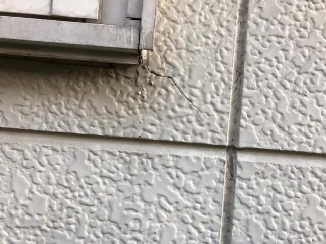 窓枠からひび割れ